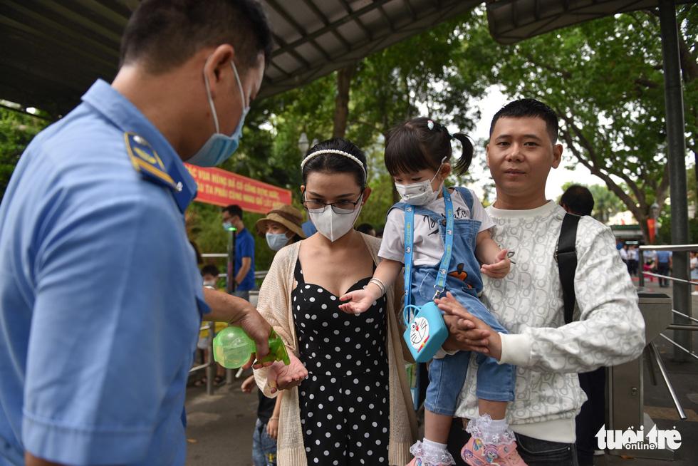 Đông nghịt người xếp hàng chờ mua vé vào Thảo cầm viên Sài Gòn - Ảnh 6.