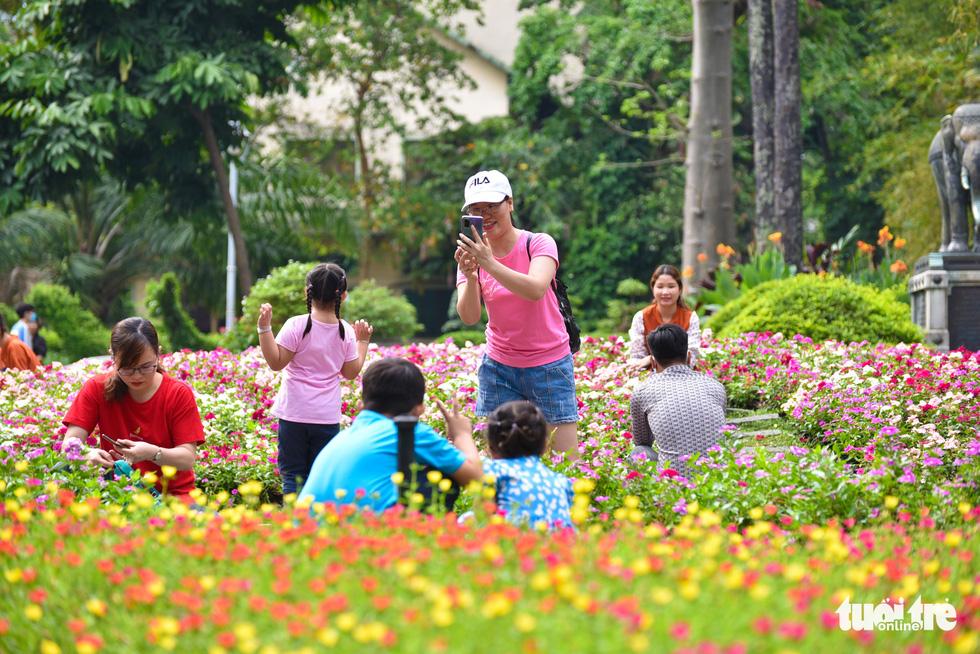 Đông nghịt người xếp hàng chờ mua vé vào Thảo cầm viên Sài Gòn - Ảnh 11.