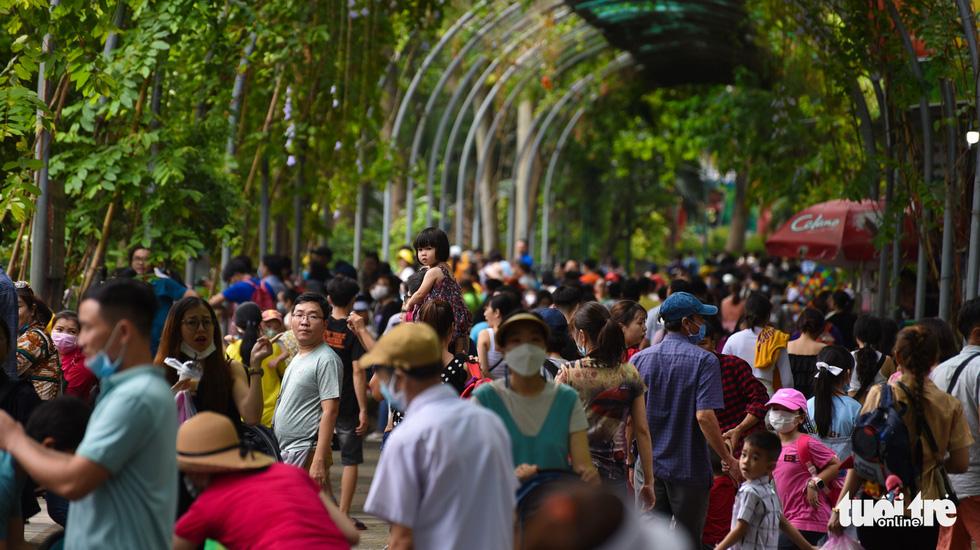 Đông nghịt người xếp hàng chờ mua vé vào Thảo cầm viên Sài Gòn - Ảnh 7.
