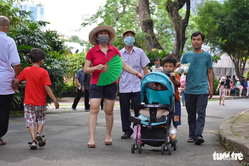 Đông nghịt người xếp hàng chờ mua vé vào Thảo cầm viên Sài Gòn - Ảnh 12.