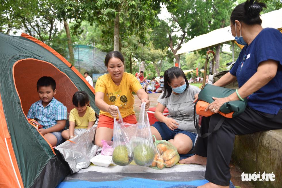 Đông nghịt người xếp hàng chờ mua vé vào Thảo cầm viên Sài Gòn - Ảnh 9.