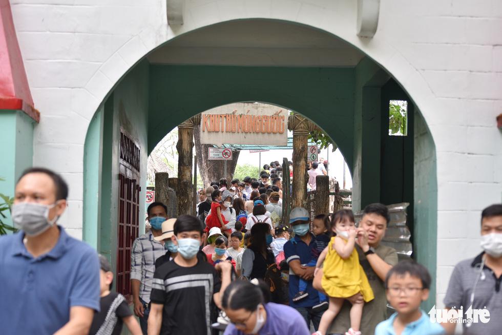 Đông nghịt người xếp hàng chờ mua vé vào Thảo cầm viên Sài Gòn - Ảnh 16.