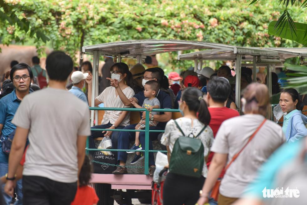 Đông nghịt người xếp hàng chờ mua vé vào Thảo cầm viên Sài Gòn - Ảnh 13.