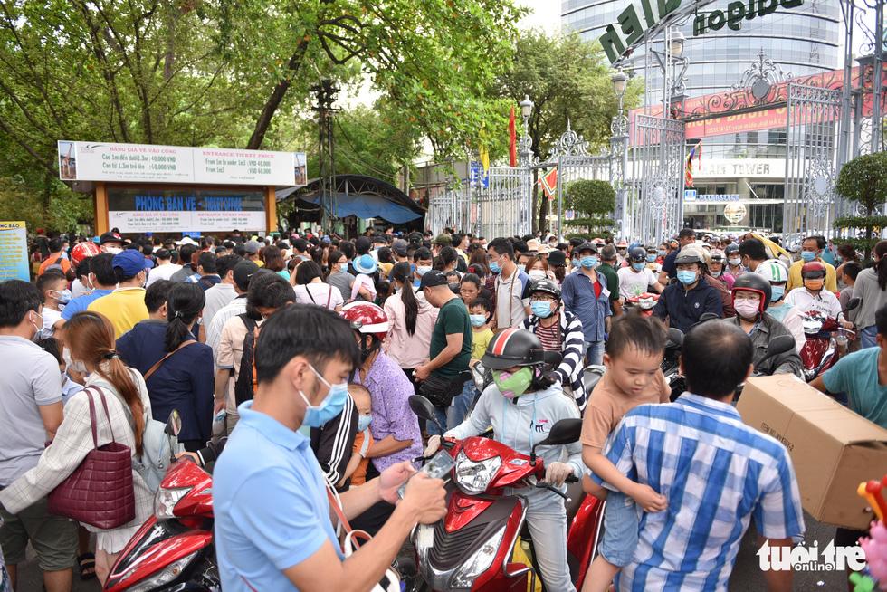 Đông nghịt người xếp hàng chờ mua vé vào Thảo cầm viên Sài Gòn - Ảnh 2.