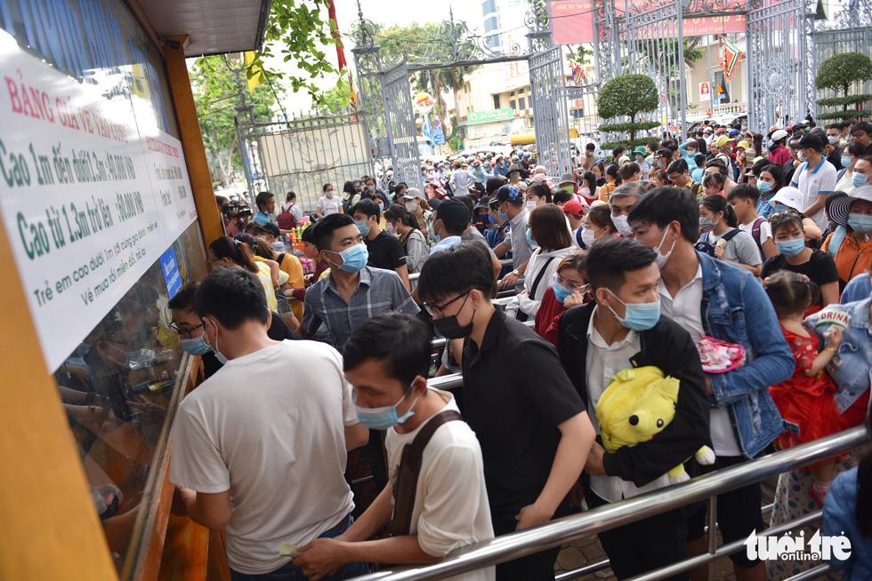 Đông nghịt người xếp hàng chờ mua vé vào Thảo cầm viên Sài Gòn - Ảnh 1.