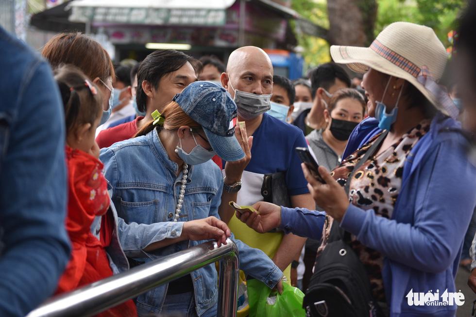 Đông nghịt người xếp hàng chờ mua vé vào Thảo cầm viên Sài Gòn - Ảnh 4.