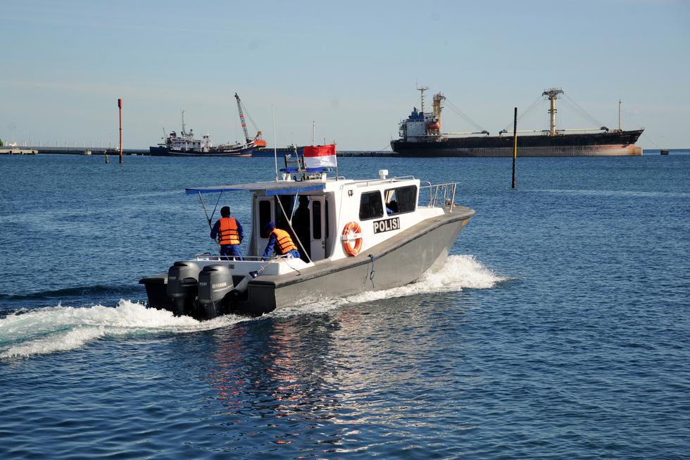 Indonesia điều tàu chiến tìm tàu ngầm mất tích, phát hiện vết dầu loang - Ảnh 1.