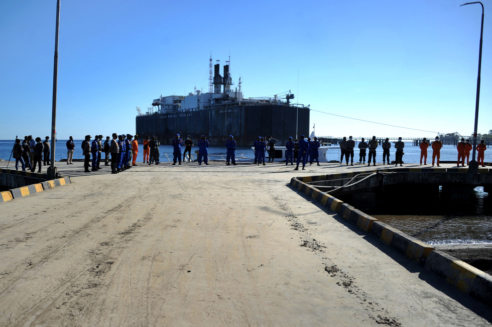 Indonesia điều tàu chiến tìm tàu ngầm mất tích, phát hiện vết dầu loang - Ảnh 3.