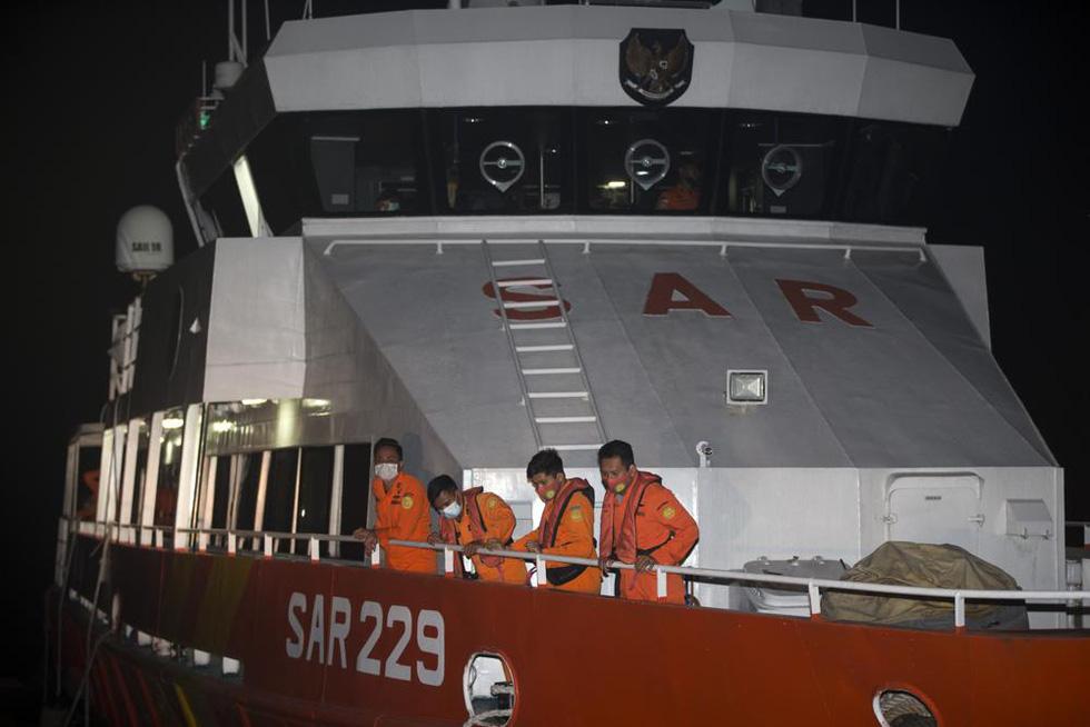 Indonesia điều tàu chiến tìm tàu ngầm mất tích, phát hiện vết dầu loang - Ảnh 2.