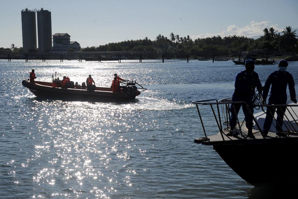 Indonesia điều tàu chiến tìm tàu ngầm mất tích, phát hiện vết dầu loang - Ảnh 4.