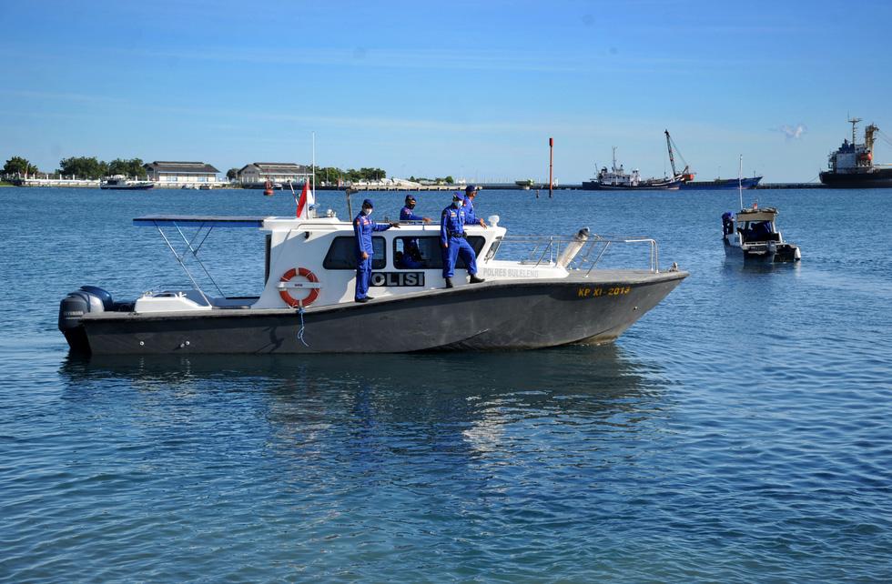 Indonesia điều tàu chiến tìm tàu ngầm mất tích, phát hiện vết dầu loang - Ảnh 5.