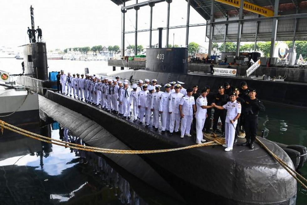 Indonesia điều tàu chiến tìm tàu ngầm mất tích, phát hiện vết dầu loang - Ảnh 6.