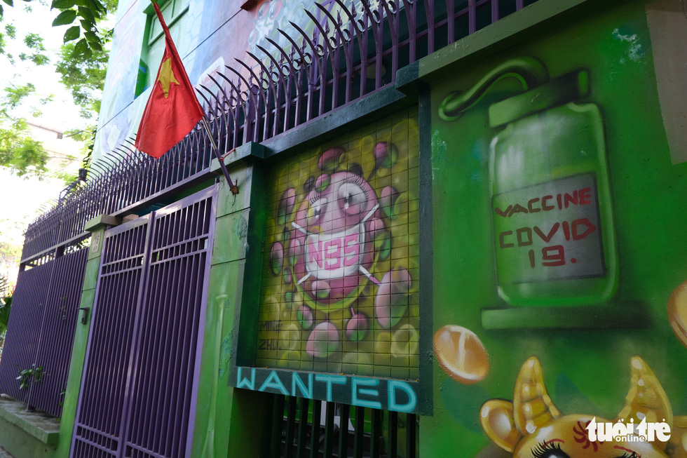 Biệt thự graffiti phòng chống COVID-19 ở Hà Nội khiến người đi qua khoái chí - Ảnh 1.