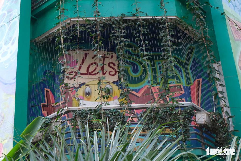 Biệt thự graffiti phòng chống COVID-19 ở Hà Nội khiến người đi qua khoái chí - Ảnh 2.