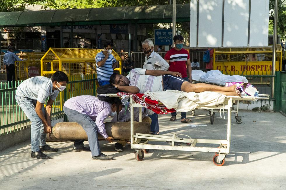Chùm ảnh hiện thực dịch bệnh kinh hoàng ở Ấn Độ, mỗi đống củi là một bệnh nhân - Ảnh 4.