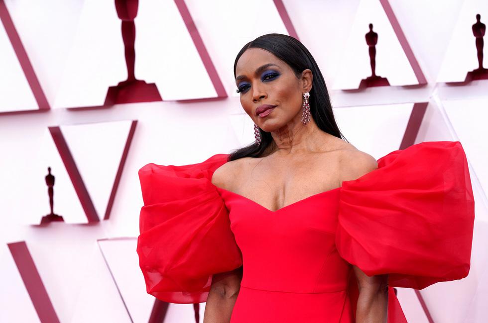 Thảm đỏ Oscar 2021 vẫn hào nhoáng mặc COVID-19 - Ảnh 7.