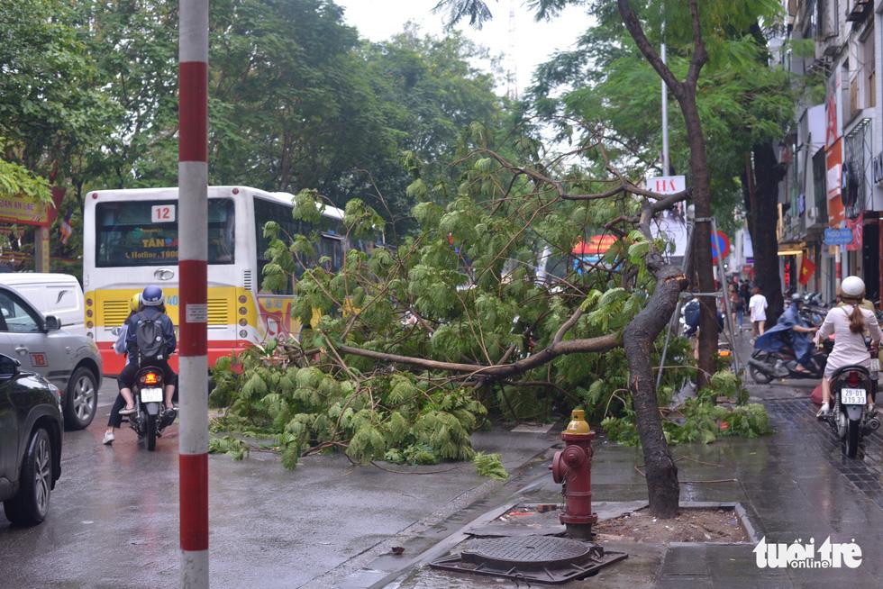 Ùn tắc khắp Hà Nội do mưa lớn, ban ngày nhưng trời tối đen như mực - Ảnh 8.