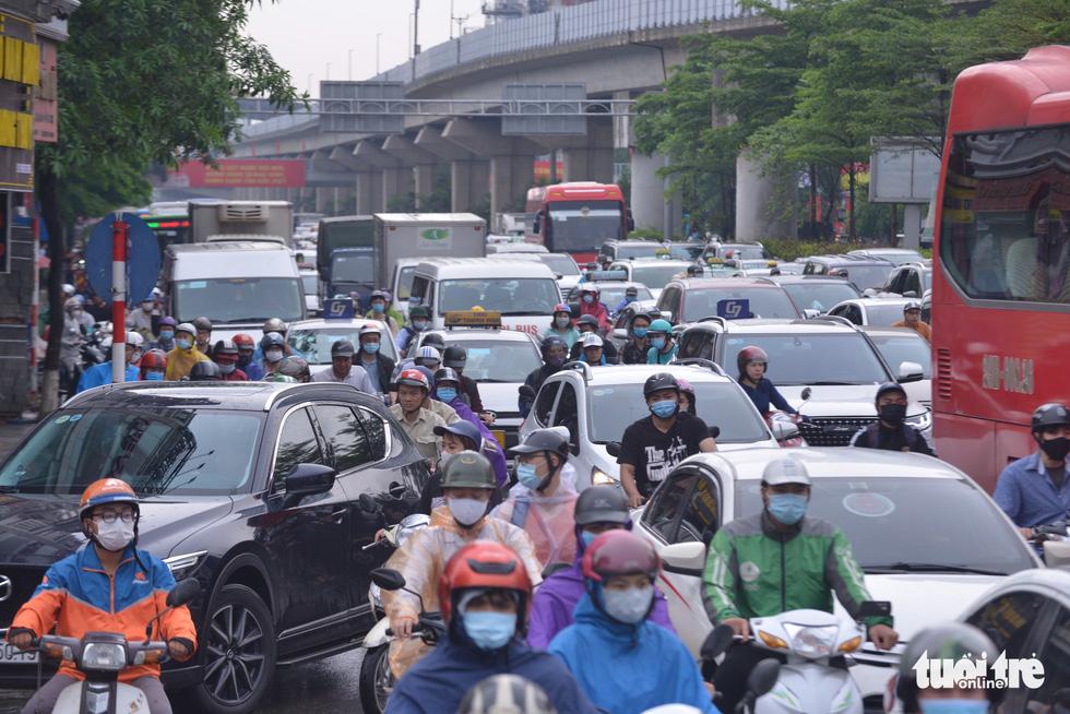 Ùn tắc khắp Hà Nội do mưa lớn, ban ngày nhưng trời tối đen như mực - Ảnh 5.