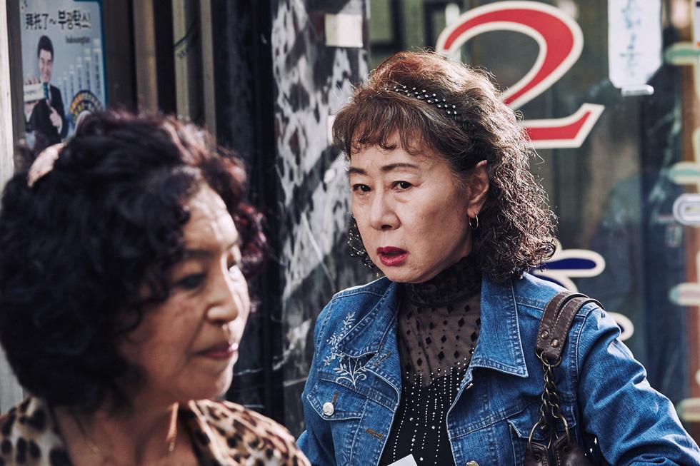 Vì sao mạng xã hội thế giới mê mẩn bà ngoại Hàn Quốc đoạt giải Oscar? - Ảnh 5.