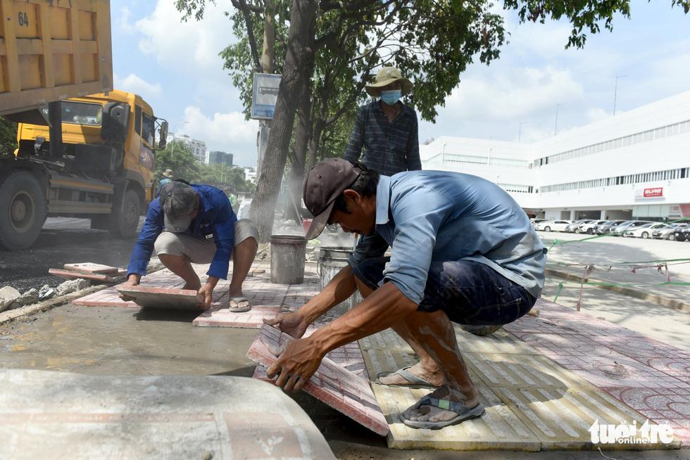 Trên đại công trình Nguyễn Hữu Cảnh chờ thông xe ngày 30-4 - Ảnh 7.