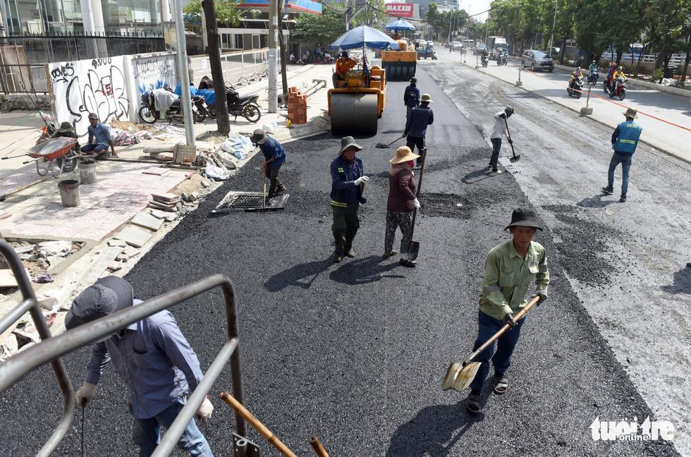 Trên đại công trình Nguyễn Hữu Cảnh chờ thông xe ngày 30-4 - Ảnh 2.