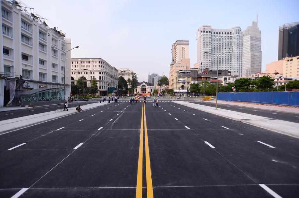 Tháo dỡ rào chắn một phần đường Lê Lợi, xe cộ được lưu thông từ ngày mai 29-4 - Ảnh 7.