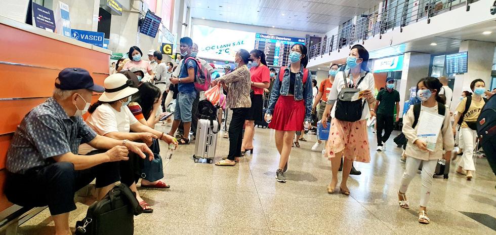 Khách dồn vào buổi sáng, sân bay Tân Sơn Nhất lại ùn tắc - Ảnh 4.