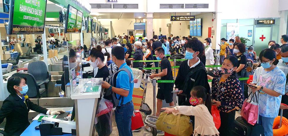 Khách dồn vào buổi sáng, sân bay Tân Sơn Nhất lại ùn tắc - Ảnh 5.