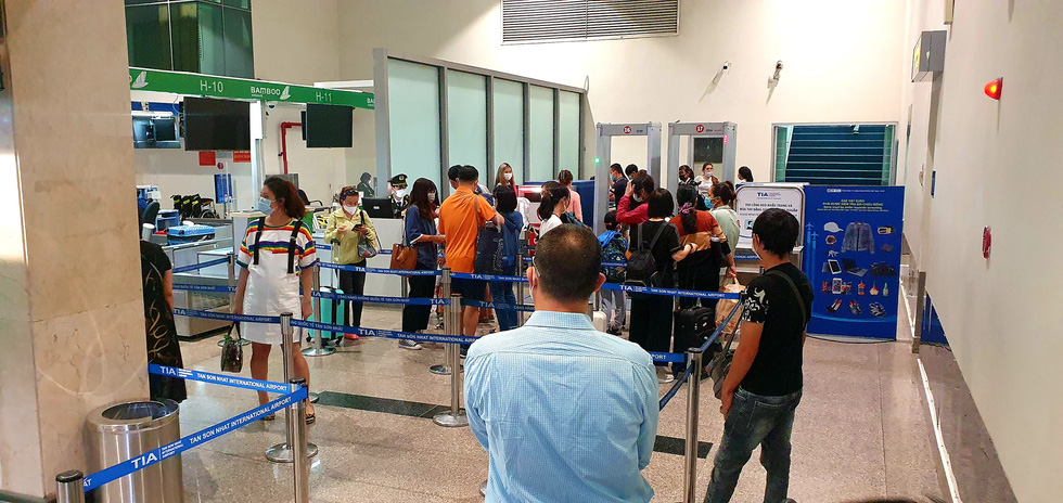 Khách dồn vào buổi sáng, sân bay Tân Sơn Nhất lại ùn tắc - Ảnh 6.