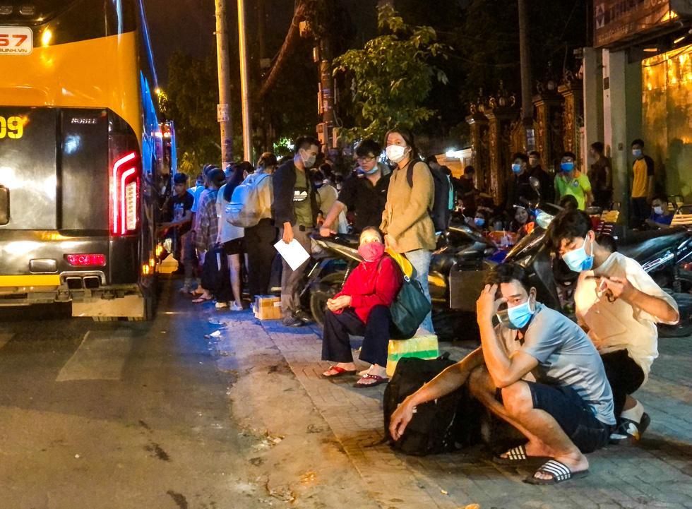 Kẹt xe vật vã tại khu bến xe Miền Đông, có người chờ hơn 30 phút vẫn chưa thể qua - Ảnh 9.