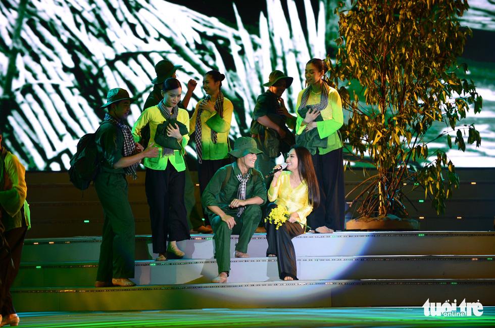 Đan Trường, Thanh Ngân, K-ICM khuấy động phố đi bộ Nguyễn Huệ dịp lễ 30-4 - Ảnh 6.