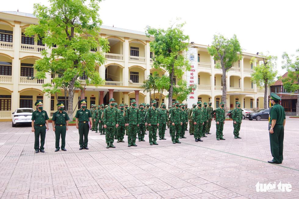 Bộ đội tăng quân lên biên giới Việt - Lào chống dịch COVID-19 - Ảnh 1.