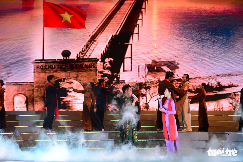 Đan Trường, Thanh Ngân, K-ICM khuấy động phố đi bộ Nguyễn Huệ dịp lễ 30-4 - Ảnh 2.