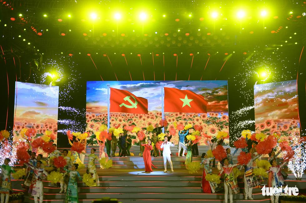 Đan Trường, Thanh Ngân, K-ICM khuấy động phố đi bộ Nguyễn Huệ dịp lễ 30-4 - Ảnh 1.