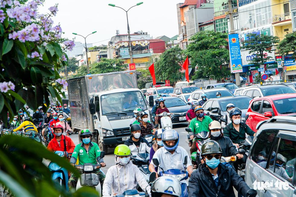 Nườm nượp người đổ về quê nghỉ lễ, xe cộ trên phố Hà Nội đứng hình từ 3 giờ chiều - Ảnh 3.