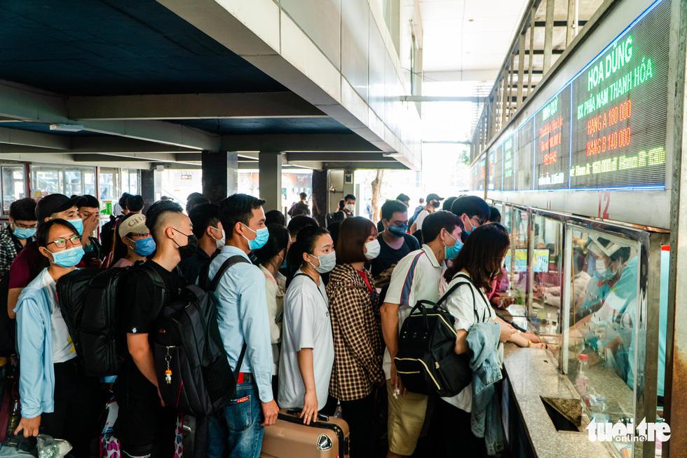 Nườm nượp người đổ về quê nghỉ lễ, xe cộ trên phố Hà Nội đứng hình từ 3 giờ chiều - Ảnh 7.