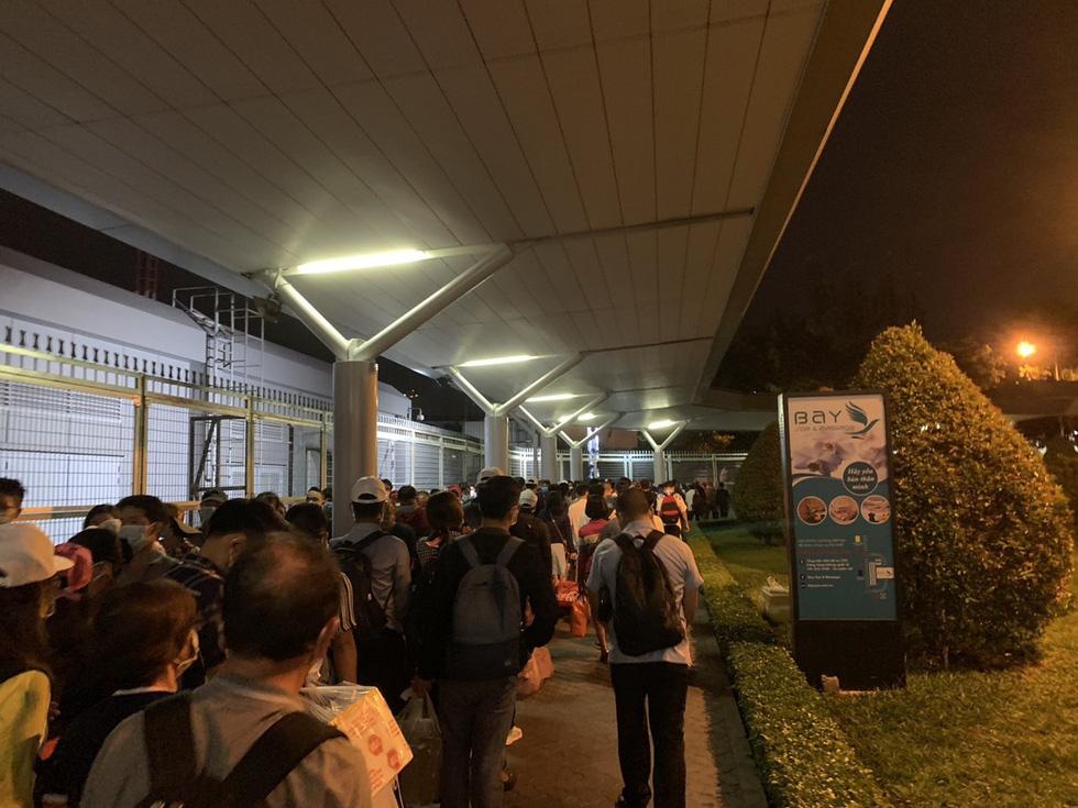 Khách dồn vào buổi sáng, sân bay Tân Sơn Nhất lại ùn tắc - Ảnh 2.