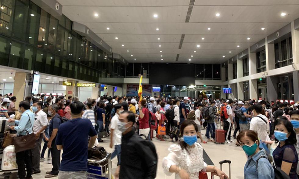 Khách dồn vào buổi sáng, sân bay Tân Sơn Nhất lại ùn tắc - Ảnh 1.