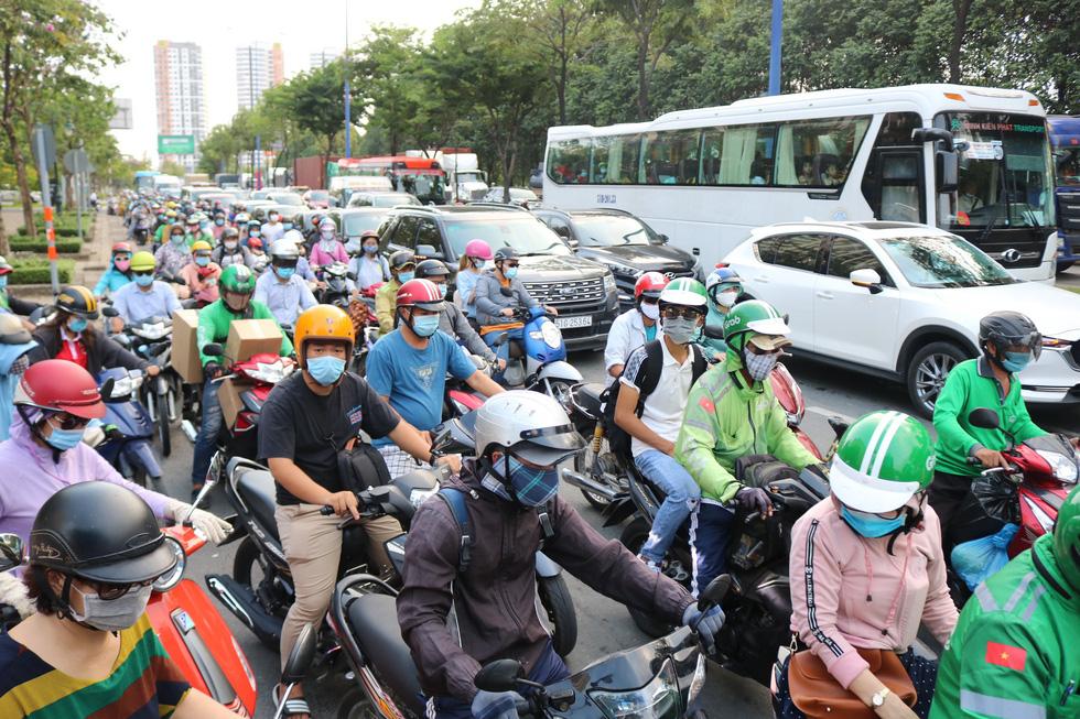 TP.HCM: Các cửa ngõ kẹt cứng, bến xe đông nghẹt người trước ngày nghỉ lễ 30-4 - Ảnh 9.