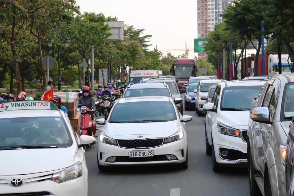 TP.HCM: Các cửa ngõ kẹt cứng, bến xe đông nghẹt người trước ngày nghỉ lễ 30-4 - Ảnh 10.