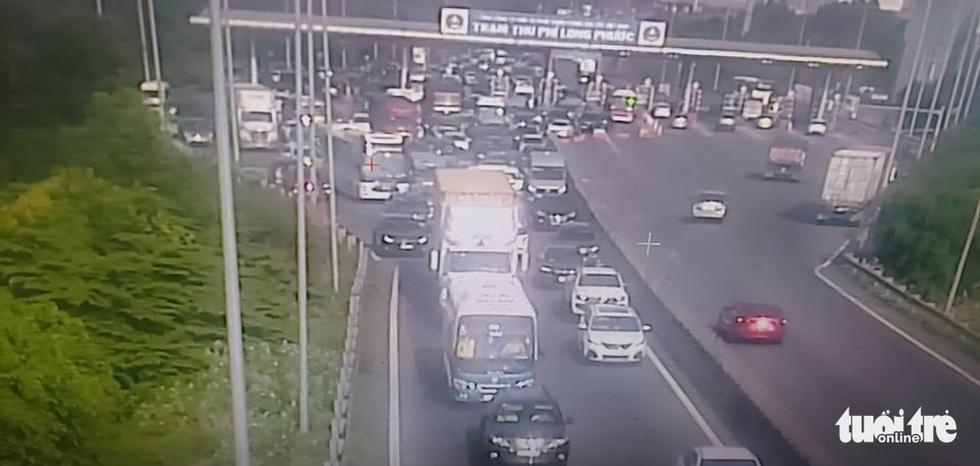 Người dân ùn ùn rời TP.HCM, cao tốc, xa lộ Hà Nội, quốc lộ 1 quá tải - Ảnh 4.