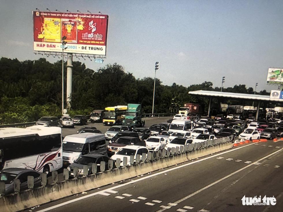 Người dân ùn ùn rời TP.HCM, cao tốc, xa lộ Hà Nội, quốc lộ 1 quá tải - Ảnh 2.