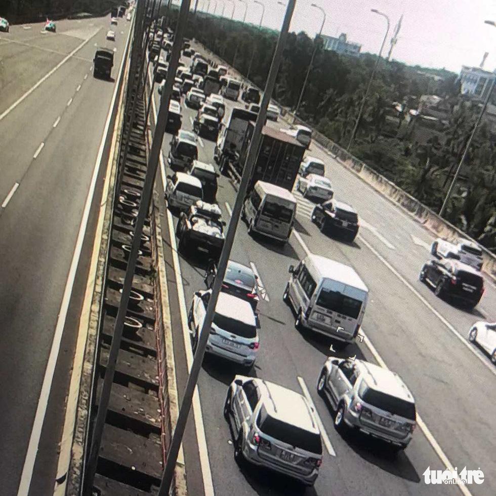 Người dân ùn ùn rời TP.HCM, cao tốc, xa lộ Hà Nội, quốc lộ 1 quá tải - Ảnh 3.