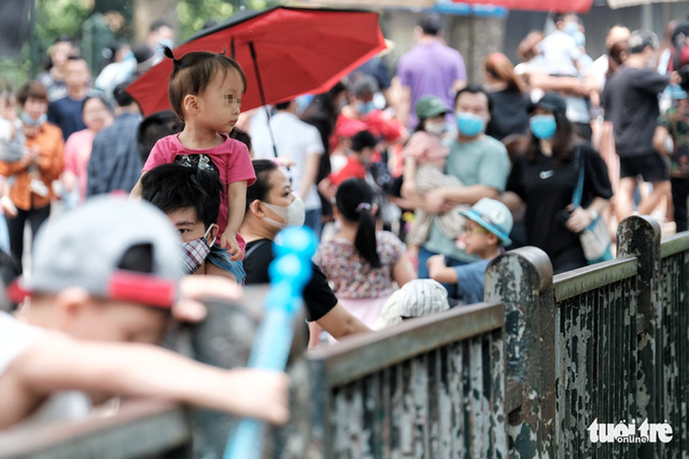 Trẻ em trùm kín vải che mặt đi chơi vườn bách thú - Ảnh 6.