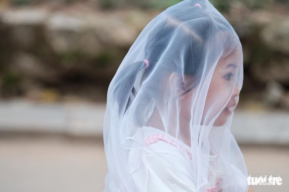 Trẻ em trùm kín vải che mặt đi chơi vườn bách thú - Ảnh 1.