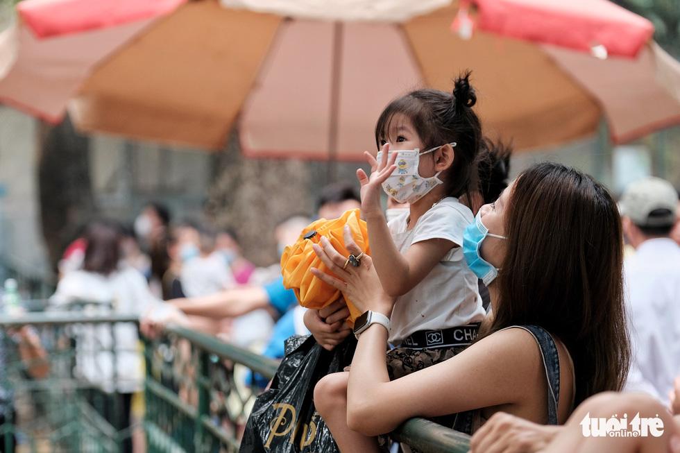 Trẻ em trùm kín vải che mặt đi chơi vườn bách thú - Ảnh 2.