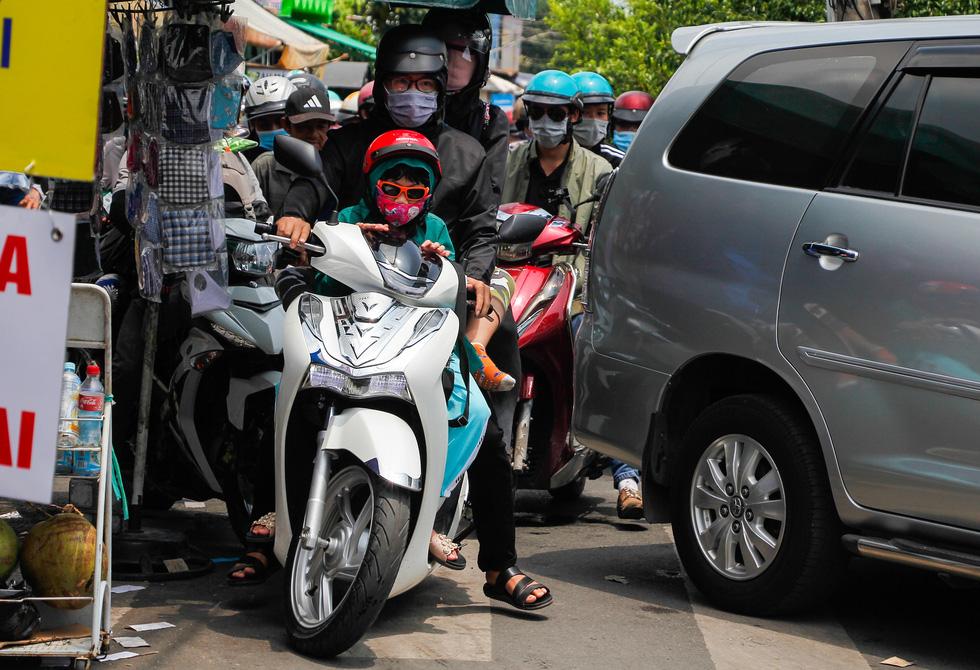 Người dân ùn ùn rời TP.HCM, cao tốc, xa lộ Hà Nội, quốc lộ 1 quá tải - Ảnh 9.