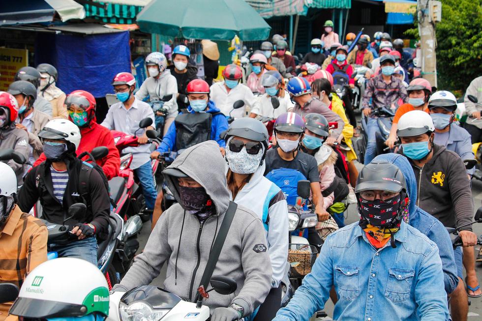 Người dân ùn ùn rời TP.HCM, cao tốc, xa lộ Hà Nội, quốc lộ 1 quá tải - Ảnh 1.
