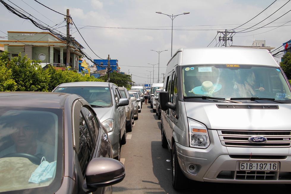Người dân ùn ùn rời TP.HCM, cao tốc, xa lộ Hà Nội, quốc lộ 1 quá tải - Ảnh 8.