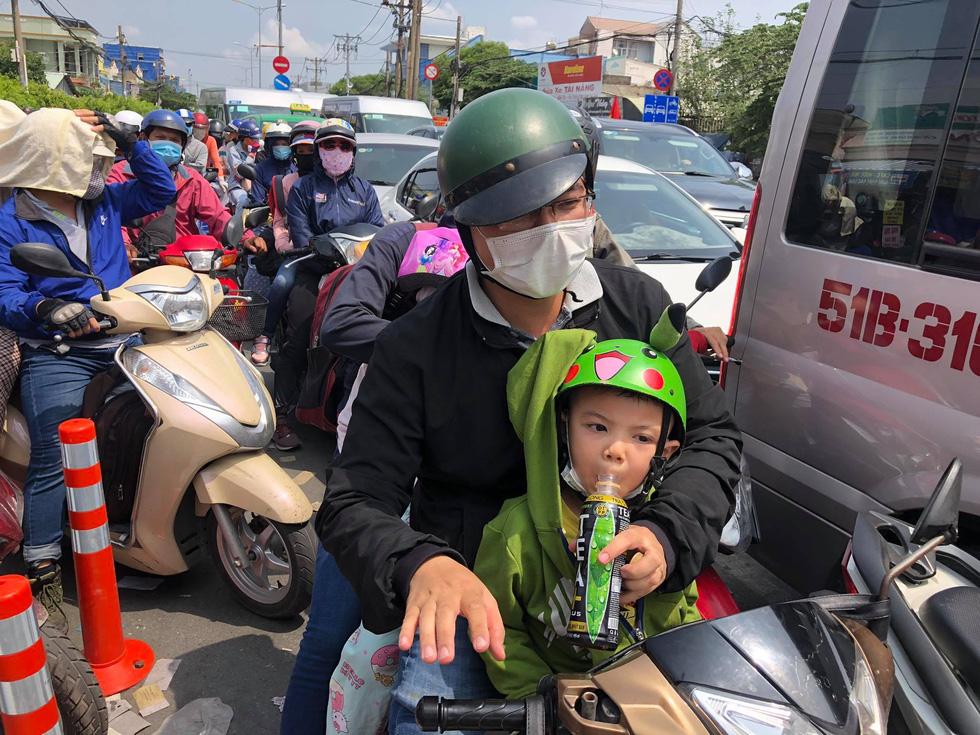 Người dân ùn ùn rời TP.HCM, cao tốc, xa lộ Hà Nội, quốc lộ 1 quá tải - Ảnh 7.